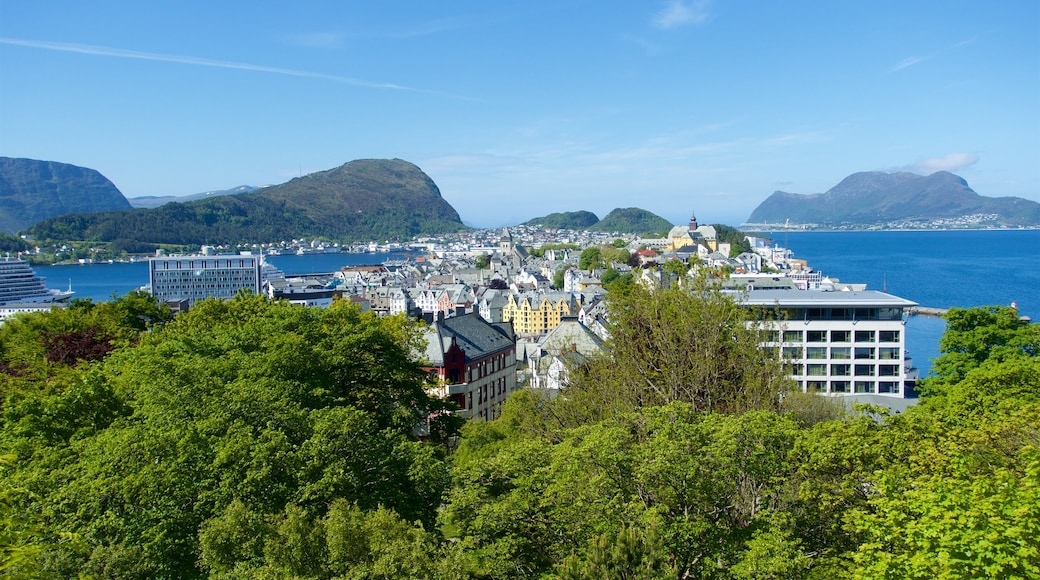 Ålesund - Møre og Romsdal mostrando città e fiume o ruscello