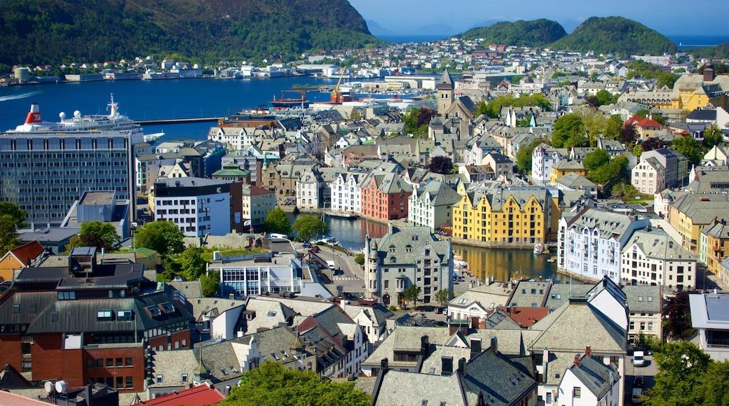 Ålesund - Møre og Romsdal che include fiume o ruscello e città
