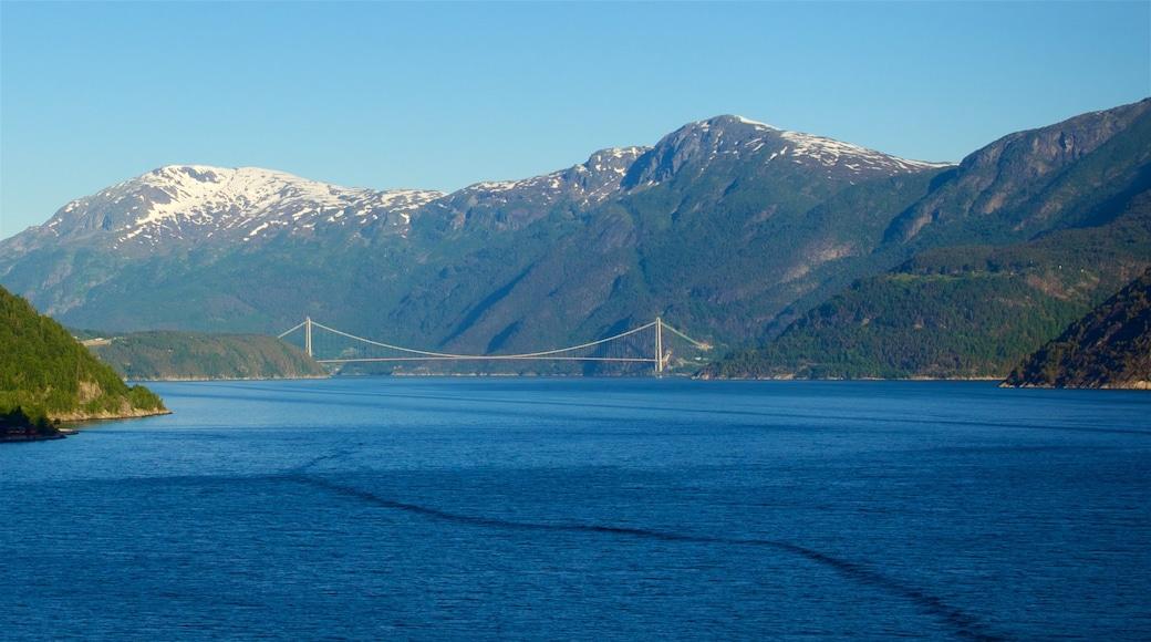Eidfjord mit einem Brücke, Berge und Fluss oder Bach