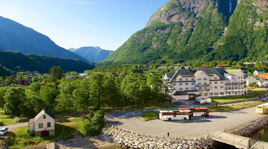 Eidfjord welches beinhaltet Berge und Kleinstadt oder Dorf
