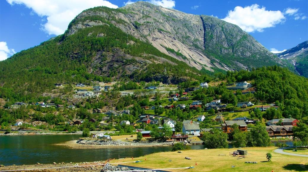 Eidfjord mit einem See oder Wasserstelle, Berge und Kleinstadt oder Dorf