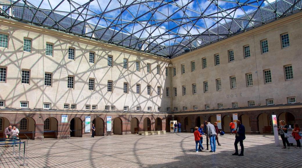Scheepvaartmuseum inclusief een plein en ook een klein groepje mensen