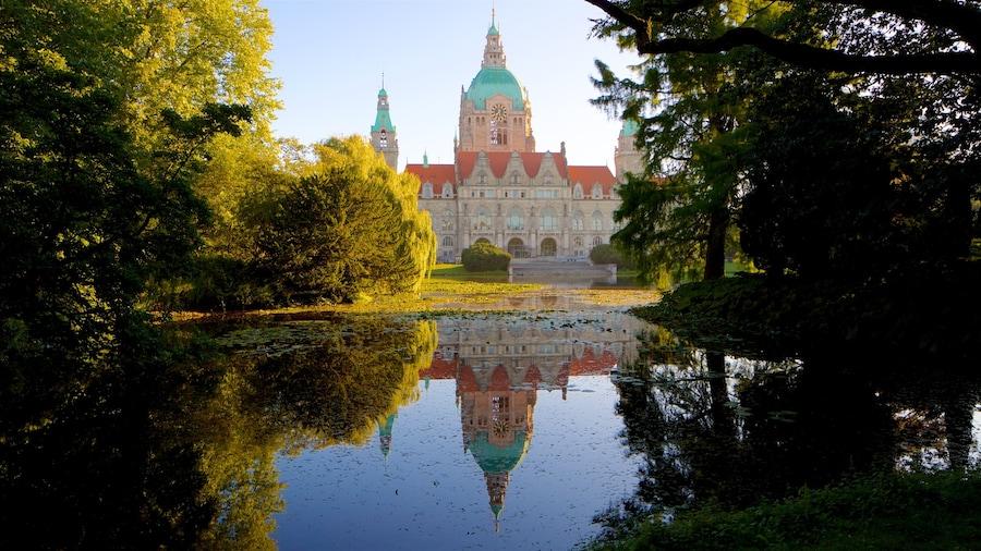 Det nye rådhus som viser en sø eller et vandhul og historiske bygningsværker
