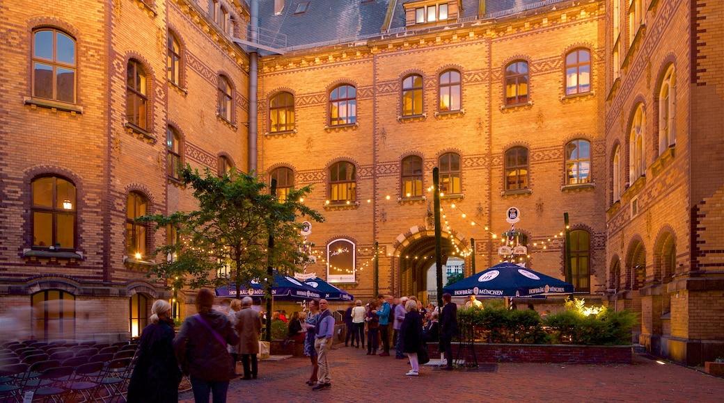 Bremen welches beinhaltet Geschichtliches sowie kleine Menschengruppe