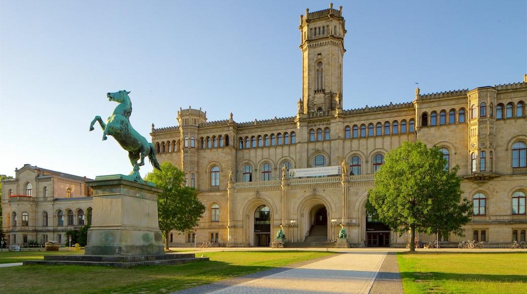 Welfenschloss welches beinhaltet Park, Statue oder Skulptur und historische Architektur