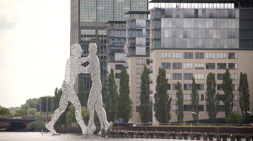 Molecule Man que incluye arte al aire libre y una ciudad