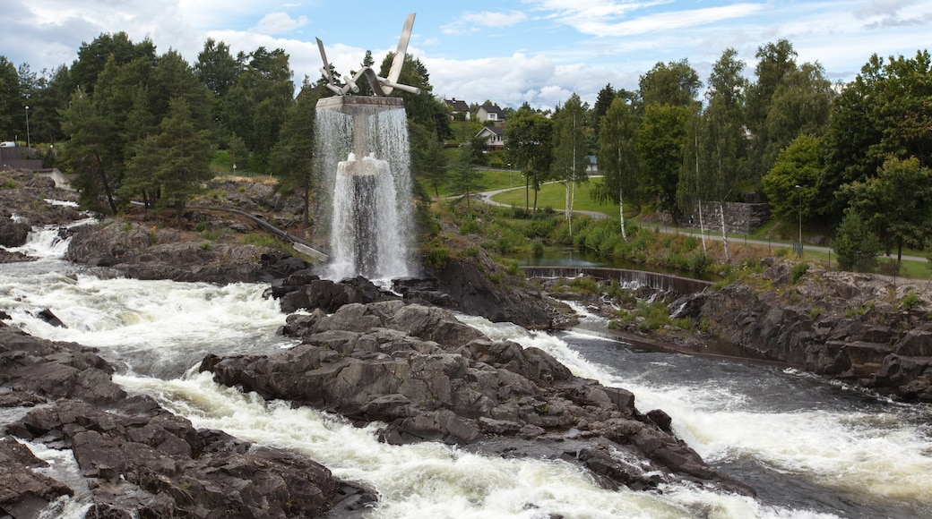 Honefoss showing a fountain, a river or creek and a park