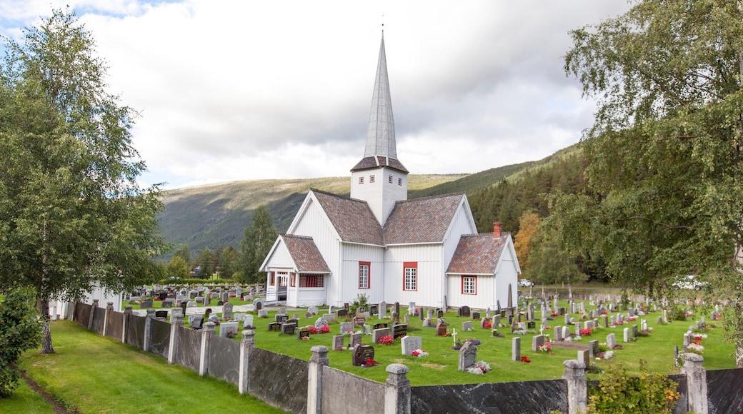 Otta mit einem Kirche oder Kathedrale und Friedhof