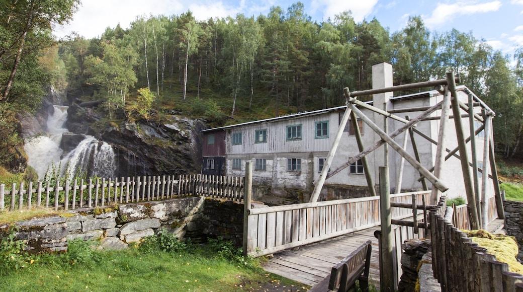 Otta mit einem Geschichtliches und Fluss oder Bach