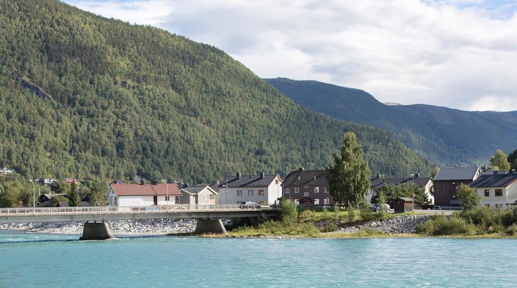 Otta welches beinhaltet ruhige Szenerie, Fluss oder Bach und Kleinstadt oder Dorf
