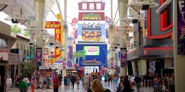 Las Vegas bysentrum fasiliteter samt skilt i tillegg til en liten gruppe med mennesker