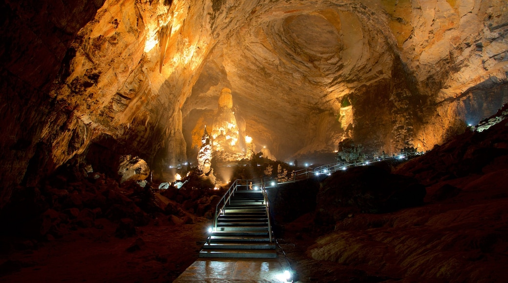 Grutas de Cacahuamilpa National Park ofreciendo cuevas y vistas interiores