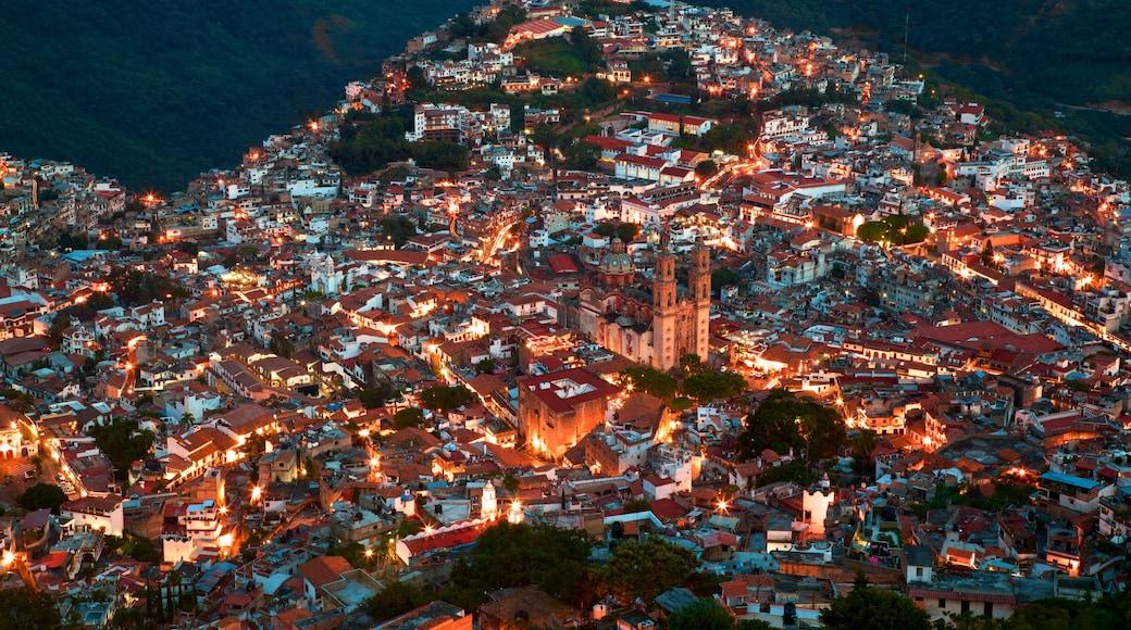 Santa Prisca Kathedrale welches beinhaltet Stadt und bei Nacht