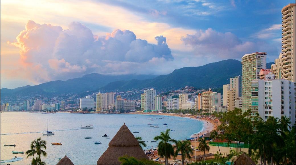 Acapulco ofreciendo vistas generales de la costa, una ciudad y una puesta de sol