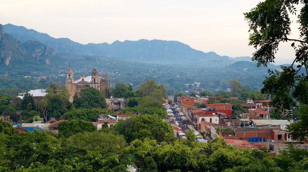 Tepoztlán que incluye una pequeña ciudad o pueblo, escenas tranquilas y vistas de paisajes