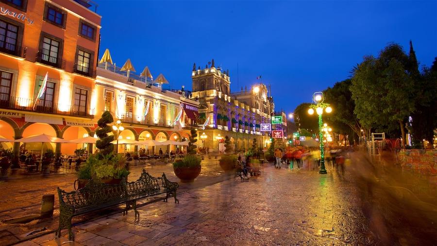 Plaza Zócalo que incluye escenas nocturnas