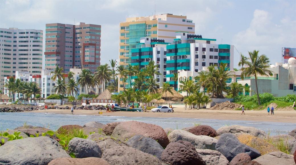 Playa de Mocambo mostrando una ciudad y vistas generales de la costa