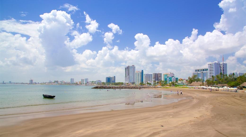 Playa de Mocambo que incluye vistas generales de la costa, una playa y una ciudad