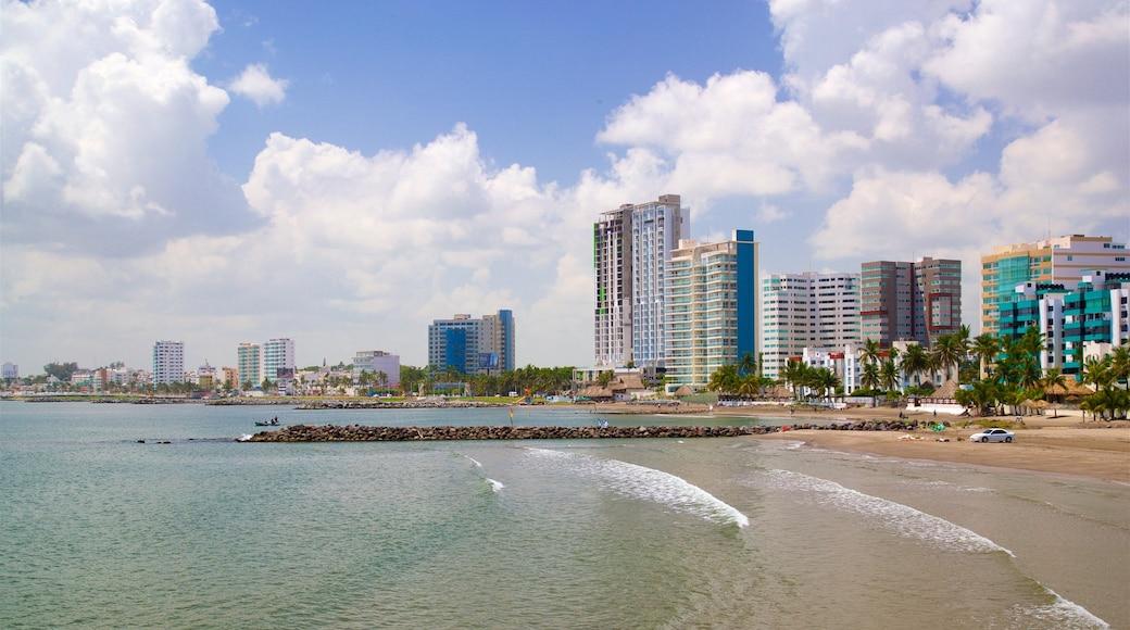 Playa de Mocambo ofreciendo vistas generales de la costa, una ciudad y una playa