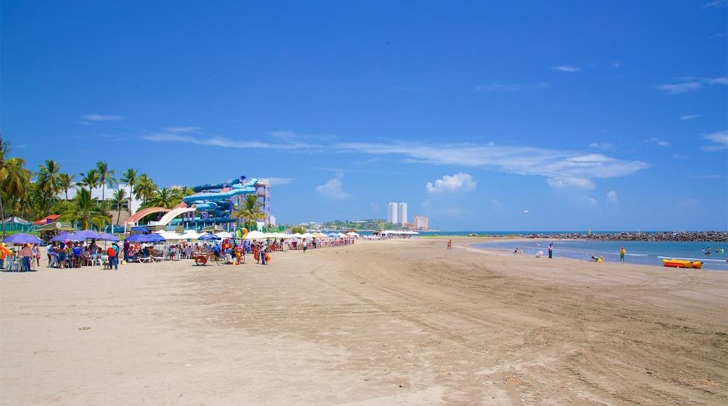 Playa de Mocambo mostrando una playa de arena y también un gran grupo de personas