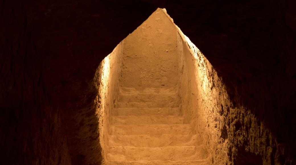 Gran Pirámide de Cholula que incluye ruinas de edificios y vistas interiores