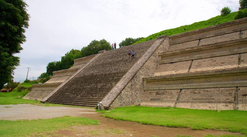 Gran Pirámide de Cholula ofreciendo elementos del patrimonio y un jardín