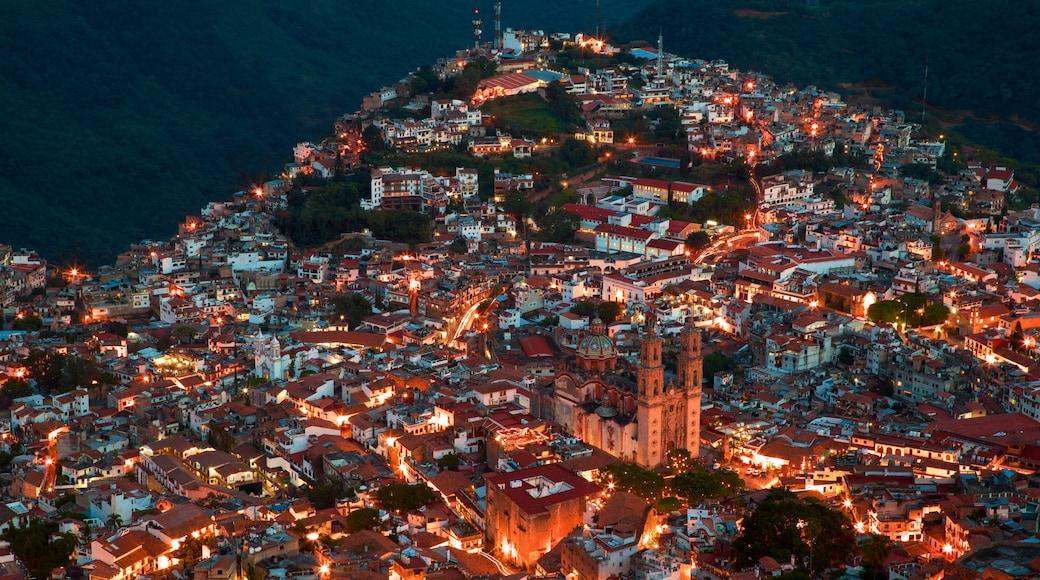Catedral Santa Prisca mostrando una ciudad y escenas nocturnas