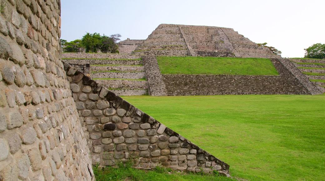 Zona monumental arqueológica de Xochicalco que incluye una ruina y un parque