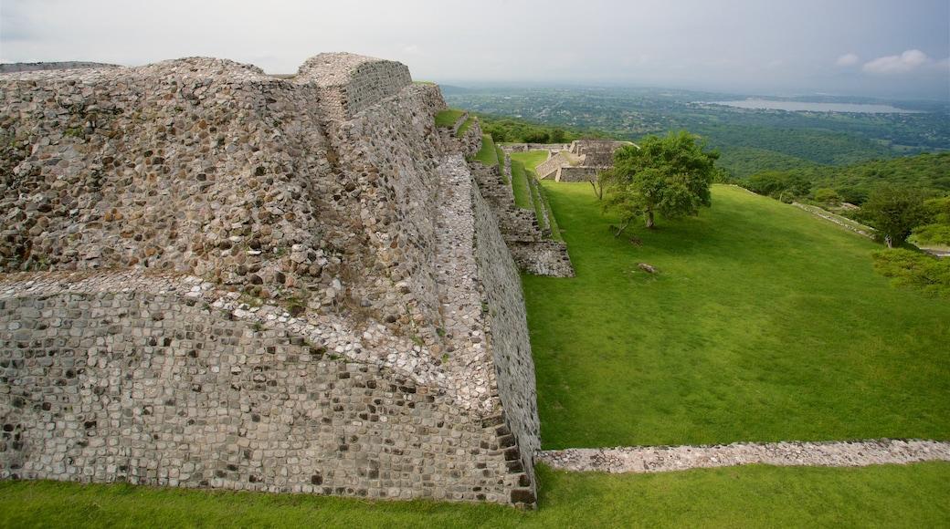 Zona monumental arqueológica de Xochicalco mostrando escenas tranquilas, vistas de paisajes y una ruina