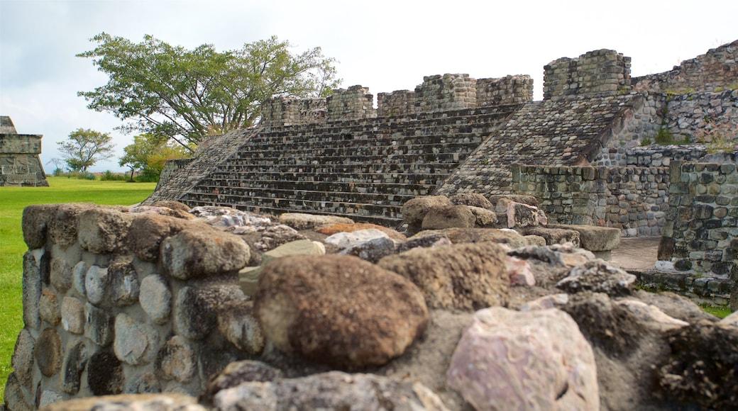Zona monumental arqueológica de Xochicalco que incluye un parque y ruinas de edificios