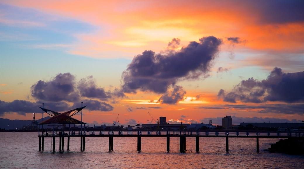 The Strand ofreciendo una puesta de sol