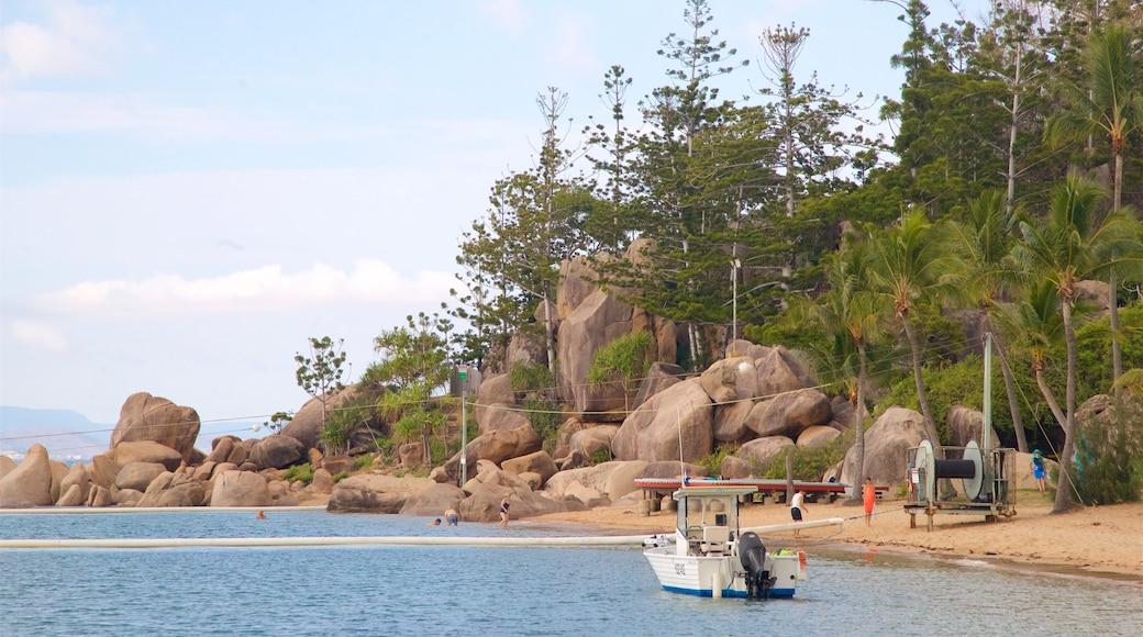 Picnic Bay 呈现出 綜覽海岸風景, 熱帶風景 和 崎嶇的海岸線