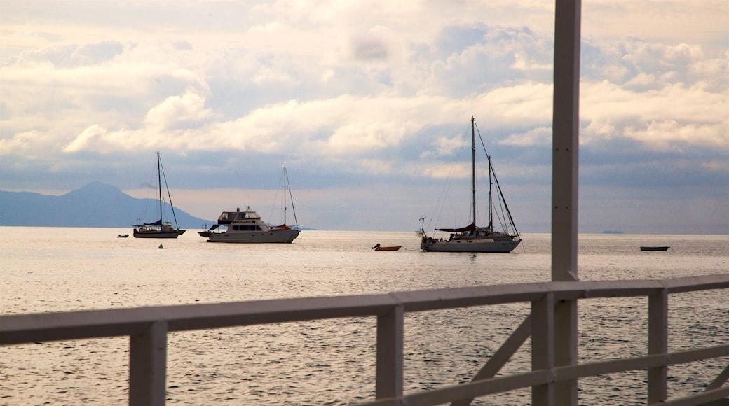 Picnic Bay 呈现出 夕陽 和 綜覽海岸風景