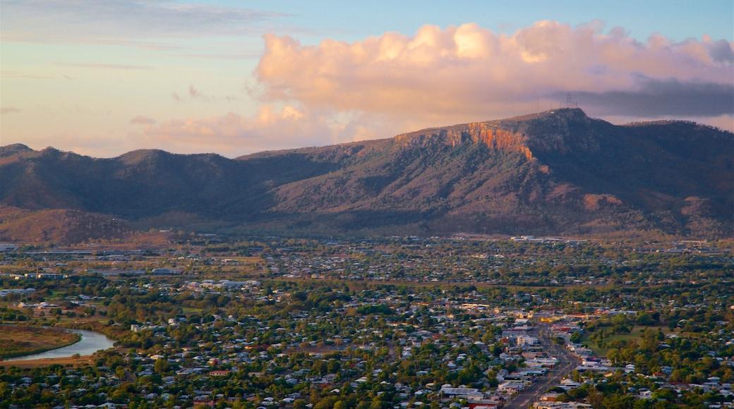 Mount Stuart ofreciendo una pequeña ciudad o pueblo, una puesta de sol y vistas de paisajes