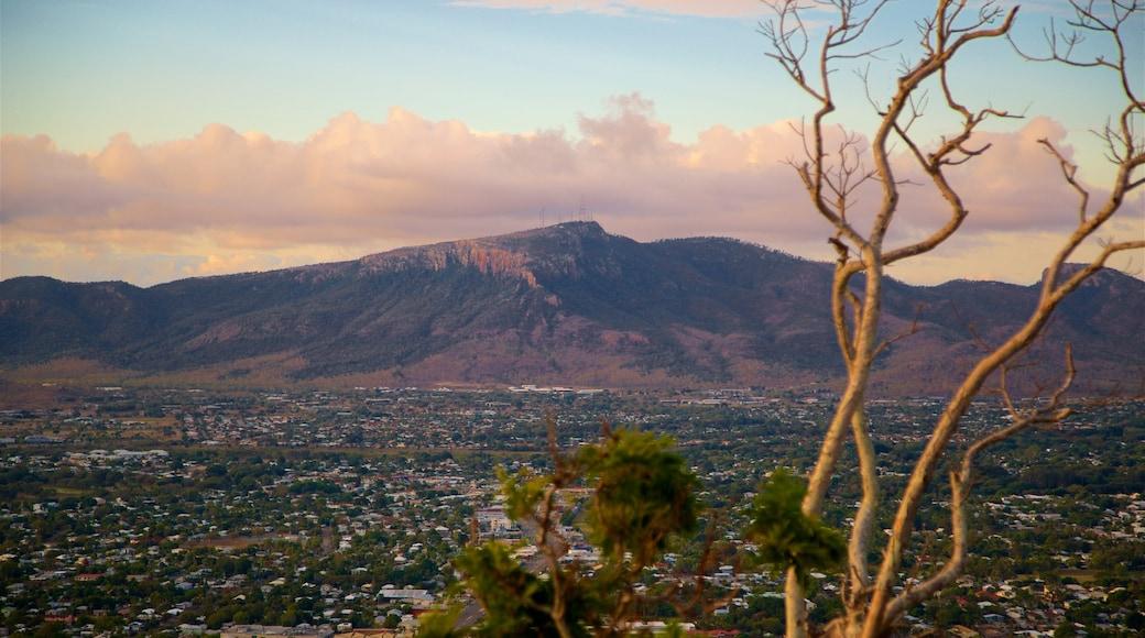 Mount Stuart ofreciendo vistas de paisajes, una pequeña ciudad o pueblo y montañas