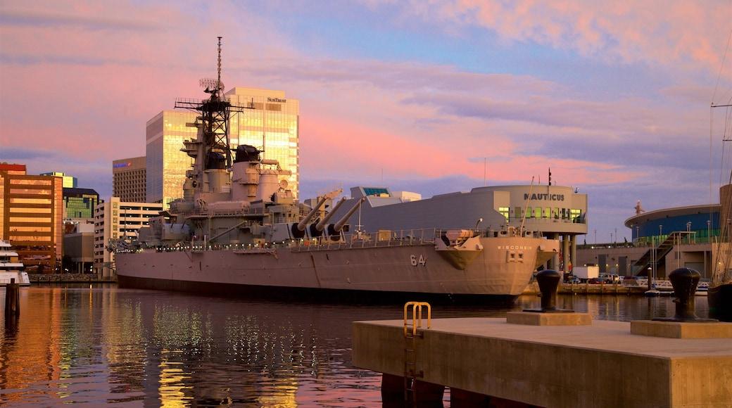 Norfolk - Virginia Beach montrant articles militaires, baie ou port et coucher de soleil