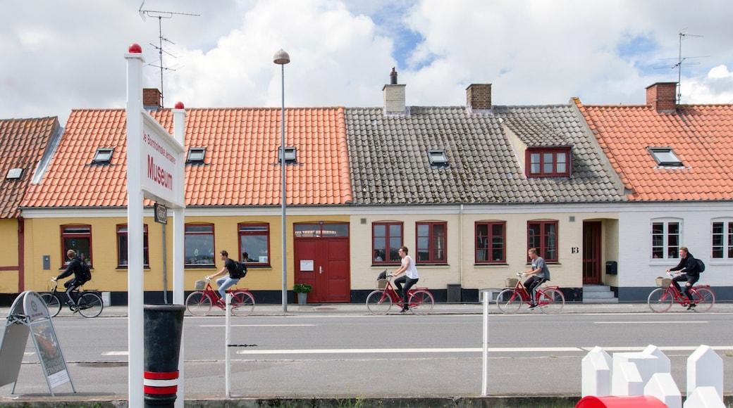 Bornholm og byder på landevejscykling såvel som en lille gruppe mennesker