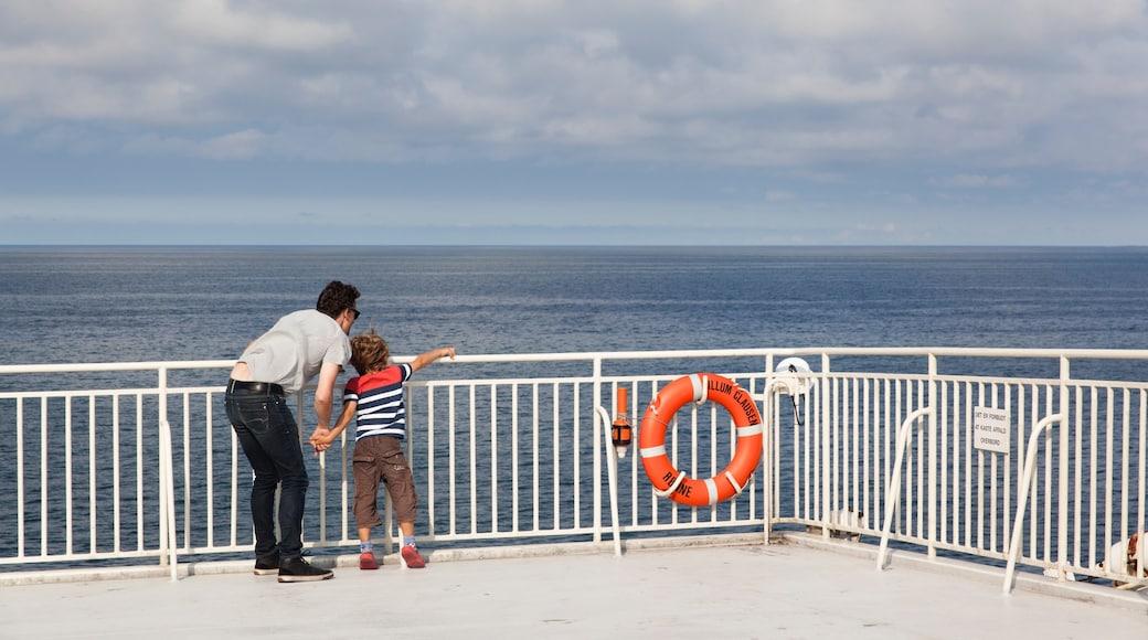 Nexø og byder på udsigt over kystområde og udsigt såvel som en familie