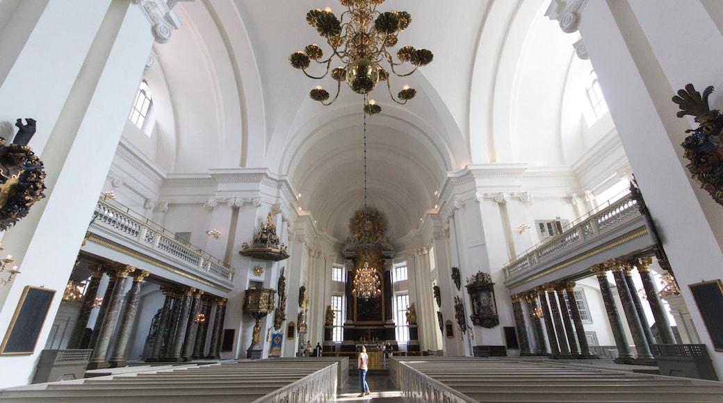 Kalmar som inkluderar interiörer, en kyrka eller katedral och historiska element