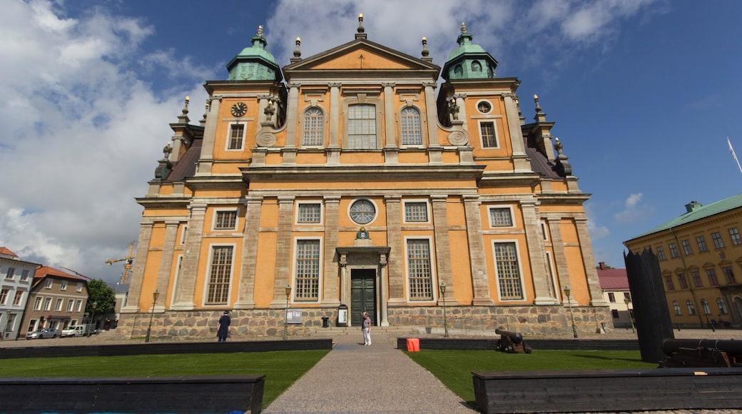 Kalmar presenterar historisk arkitektur och en trädgård