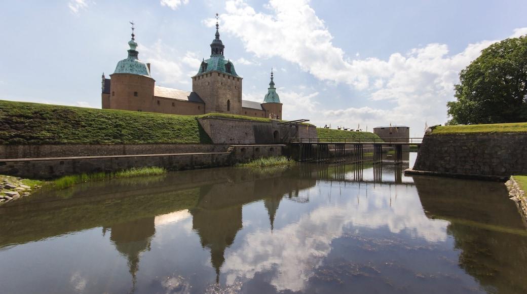 Kalmar presenterar historisk arkitektur och en å eller flod