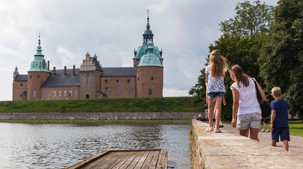 Kalmar som inkluderar en trädgård och historisk arkitektur såväl som en familj