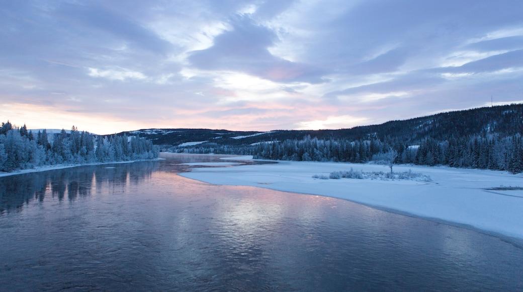 Are mettant en vedette rivière ou ruisseau, neige et coucher de soleil