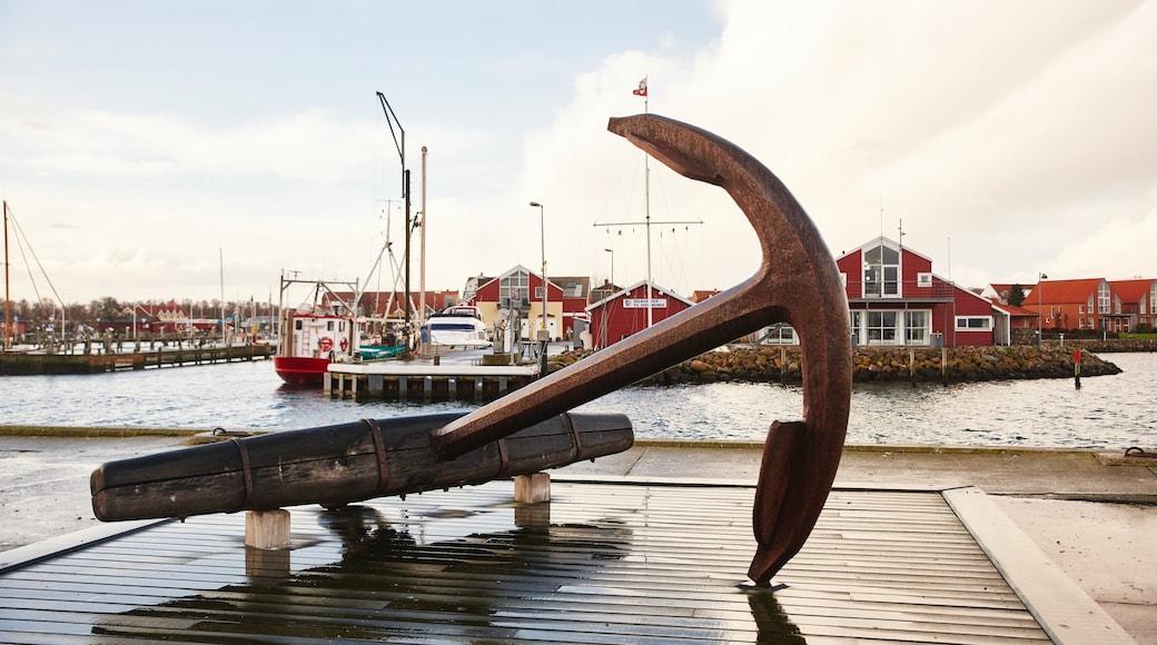 Juelsminde og byder på en bugt eller havn