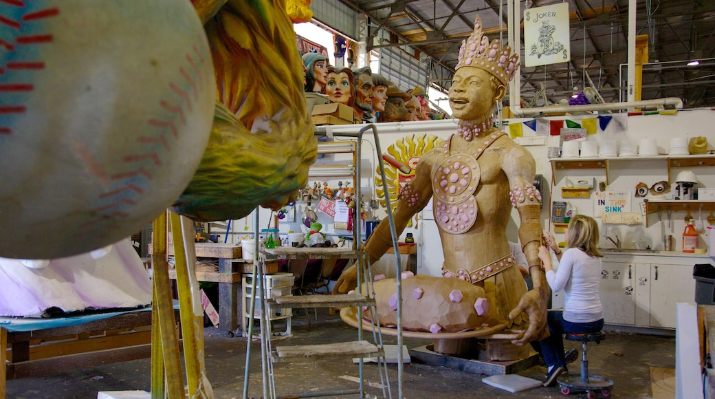 Mardi Gras World ซึ่งรวมถึง ศิลปะ และ การตกแต่งภายใน ตลอดจน ผู้หญิง