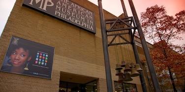 African American Museum ofreciendo señalización y una ciudad