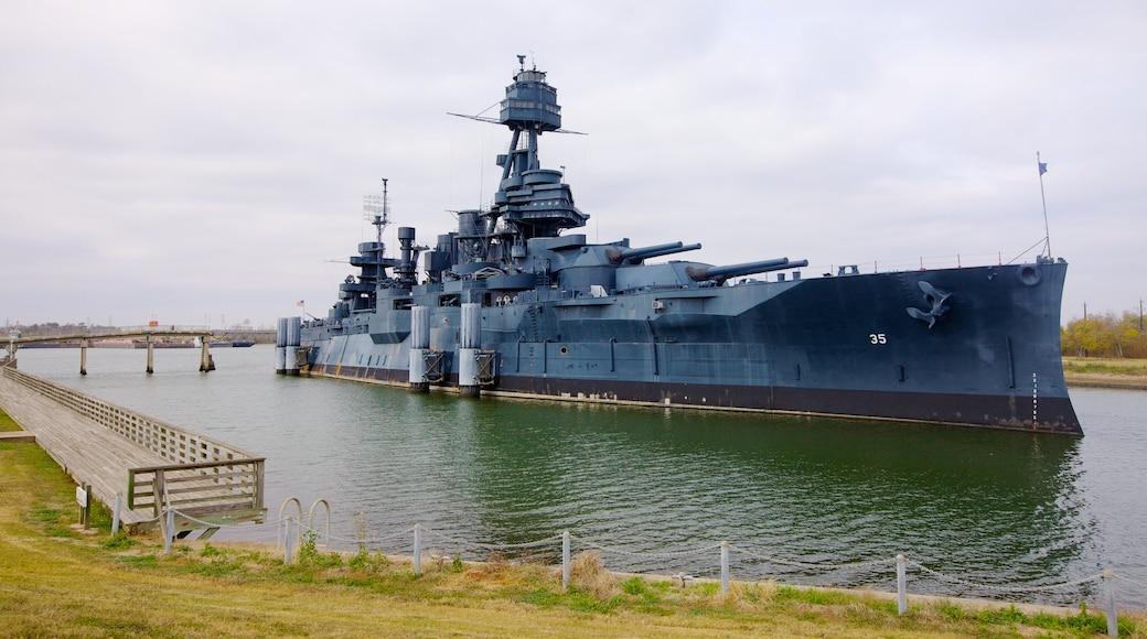 Battleship Texas caracterizando uma baía ou porto, paisagens litorâneas e uma marina