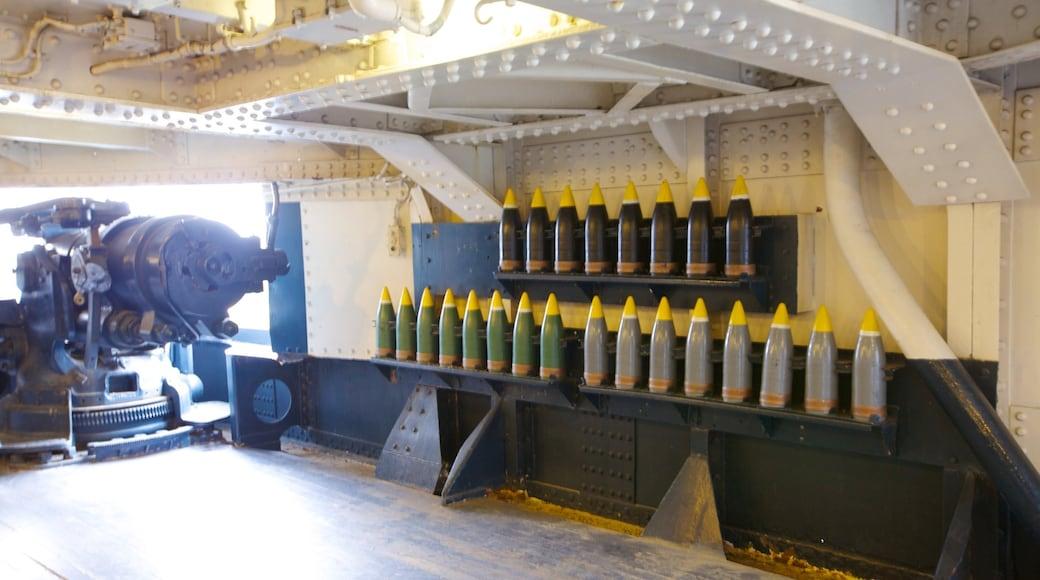 Battleship Texas que inclui itens militares, vistas internas e elementos industriais