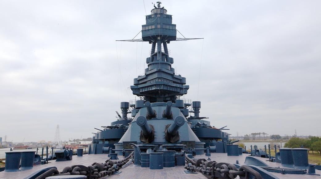 Battleship Texas que inclui um memorial e itens militares