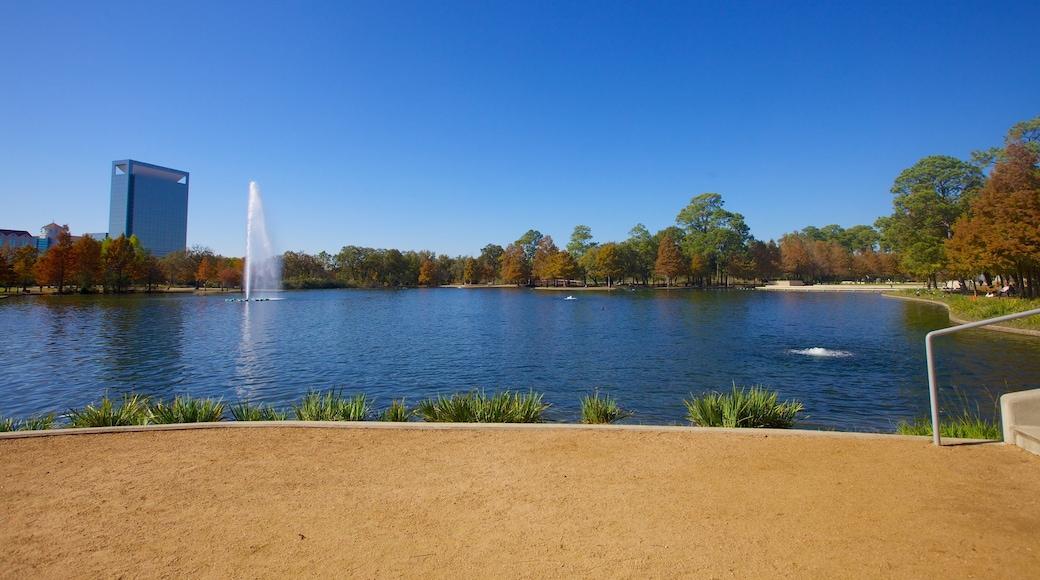 Hermann Park caracterizando um jardim, linha do horizonte e um lago ou charco